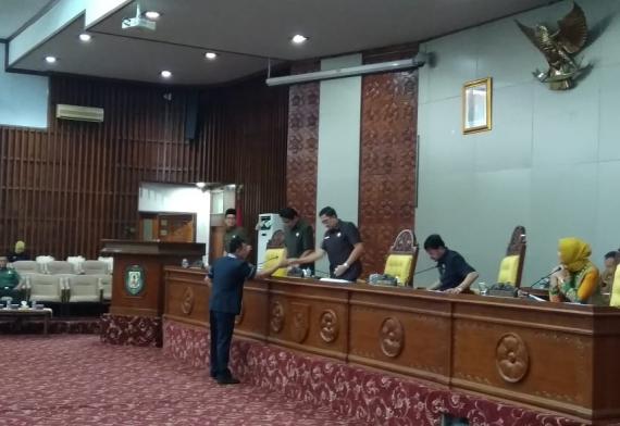 Photo of Rapat Paripurna, Anggota DPRD Laporkan Hasil Reses