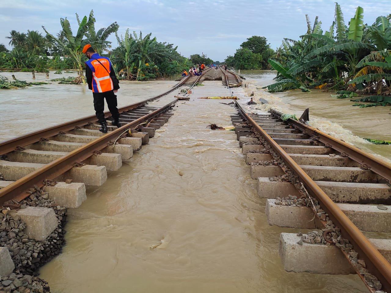 Photo of Dampak Banjir Sejumlah Perjalanan Kereta Api ( KA ) Jarak Jauh diBatalkan