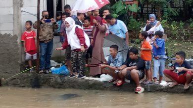 Photo of Kebersamaan Hj. Tati Nurbingah di Masyarakat, Melepaskan Ikan DiKolam Pemancingan ditengah Masyarakat