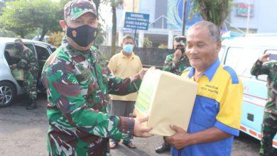 Photo of Peduli Kepada Sopir Angkot Dan Pengemudi Becak,Dandim Salatiga Bagikan Masker Dan Sembako