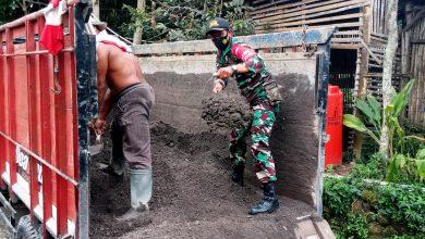 Photo of Babinsa Desa Poncoruso Bantu Mengerjakan Pembangunan Rumah Warga Binaannya
