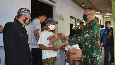Photo of Dandim 0714/Salatiga Letkol Inf Bagikan Bantuan Sembako Kepada Warga Di Sela Pembukaan TMMD Sengkuyung Tahap II Di Kabupaten Semarang.