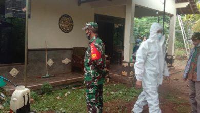 Photo of Bantu Penyemprotan, Babinsa Juga Sampaikan Untuk Tetap Waspada Dan Jaga Kesehatan.