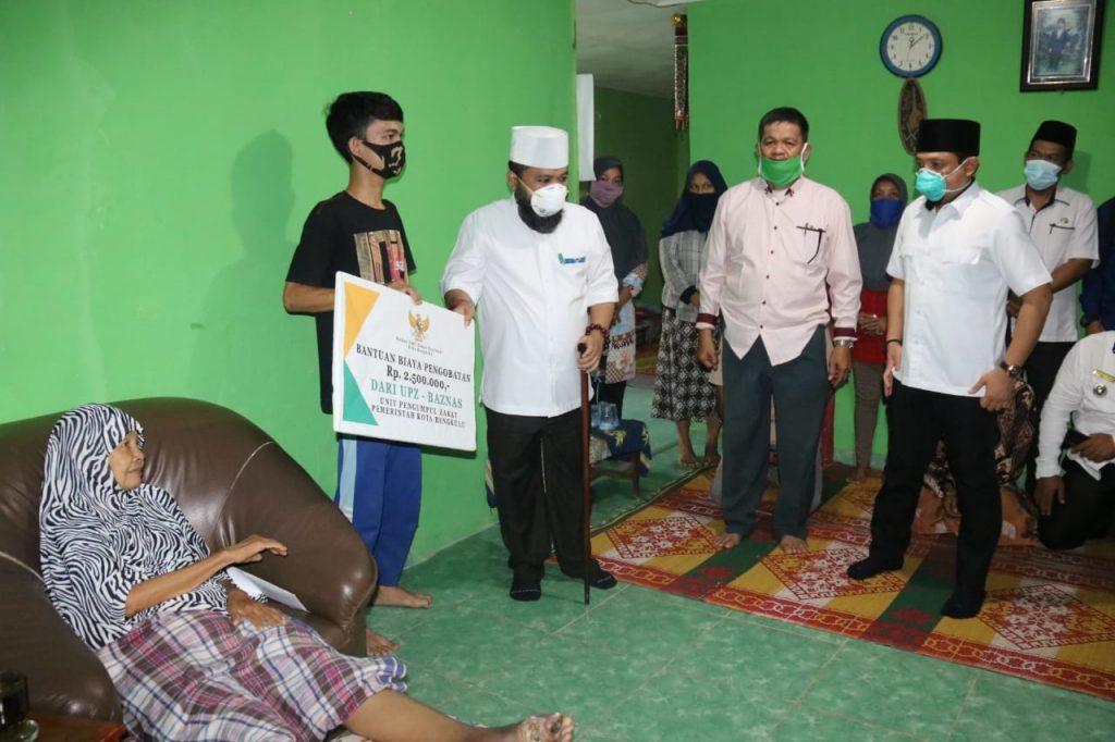 Photo of Besuk Warga Sakit Diabetes, Walikota Helmi Pastikan Perawatan Intensif Selama Penyembuhan