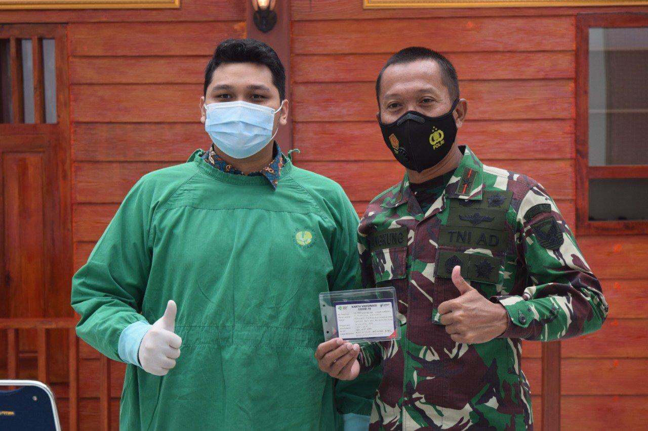 Photo of Brigjen TNI M. Jangkung, Danrem 045/Gaya terima Suntikan Vaksin Sinovac
