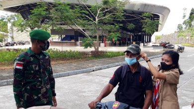 "Photo of Awal Pengabdian ""Satgas Pamtas Yonif Mekanis 643/Wns Bersama Dengan Anggota Pramuka Sajingan Bagikan Puluhan Masker""."